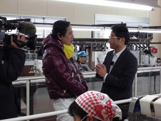 製糸工場での糸取りに興味津々のルー大柴さん