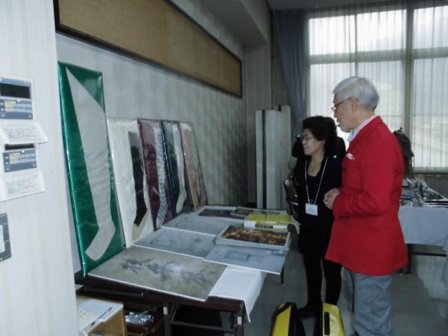 鴇田章先生はご自身のアンティークストッキングコレクションを会場で見せてくださいました。