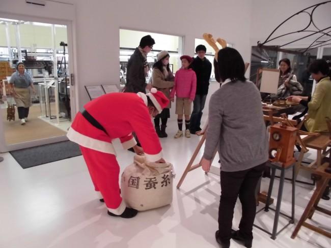 サンタさんが袋を開けると