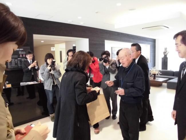 宮坂製糸所の宮坂社長からも記念品が!報道のカメラがたくさん向いています。