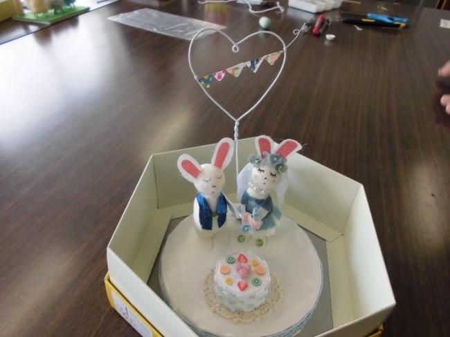 完成しました!ウェディングケーキの上に乗ったうさぎのドールです。
