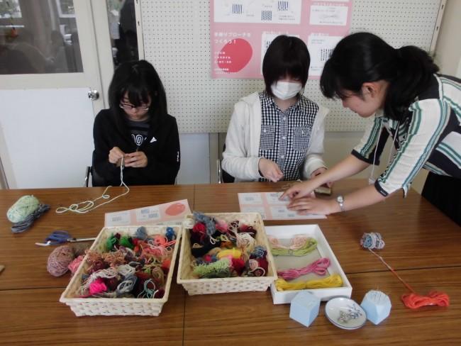 緯糸になる糸は多摩美術大学で作品の製作過程で出た残糸や、岡谷の絹糸を使います。