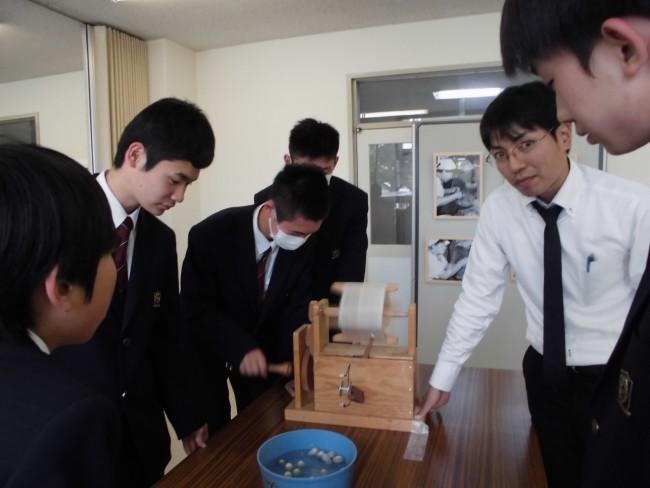糸取り体験と通じて高校生との交流が楽しめた職員K。