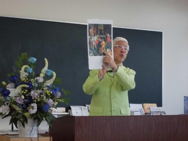 貴重なコレクションの写真資料を出しながら解説される鴇田さん。
