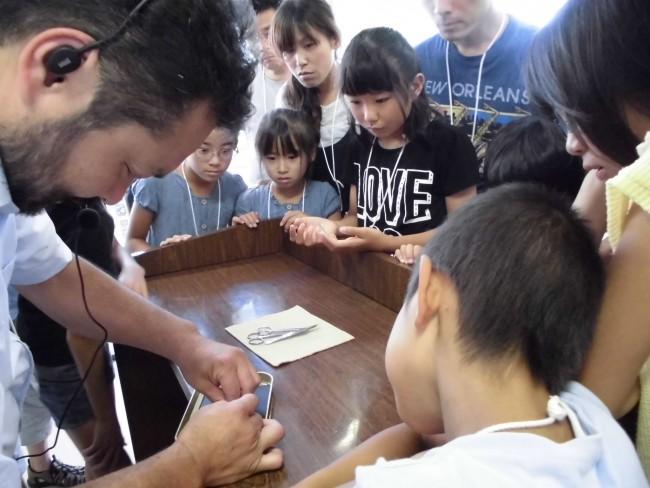 農業生物資源研究所の岡田先生からお蚕様の解剖の仕方を教わります