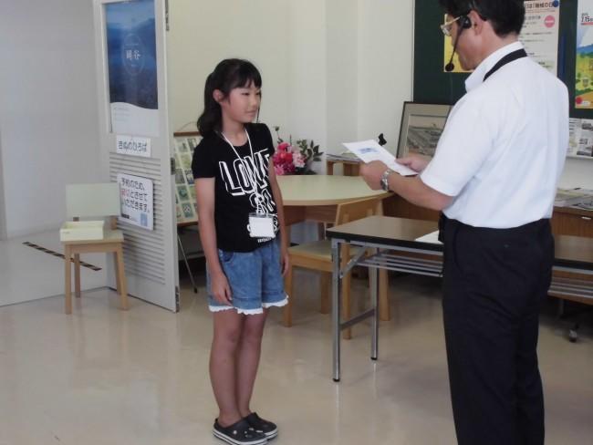 修了式では、おカイコ博士の認定証が館長から手渡されました。
