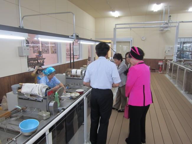 製糸工場を見学され、興味津々の桂さん