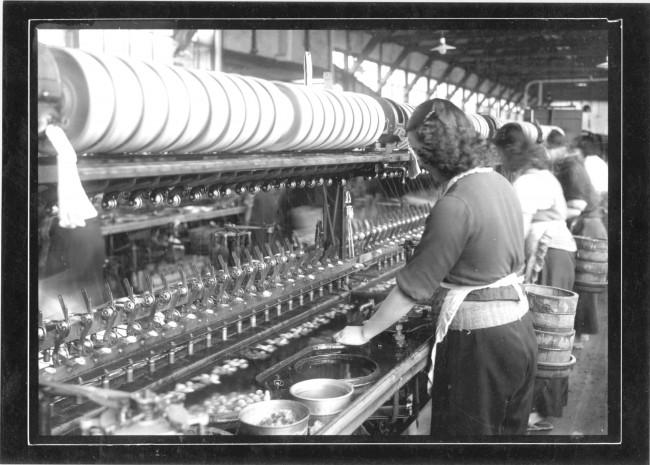 御法川式多条繰糸機で糸取りをしている手前の方です!